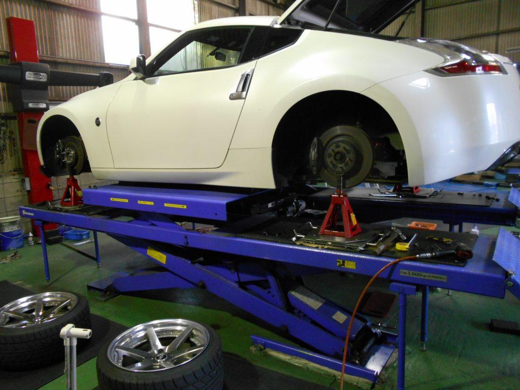 Z34にブリッツの車高調取り付けと四輪アライメント・ハブボルト交換