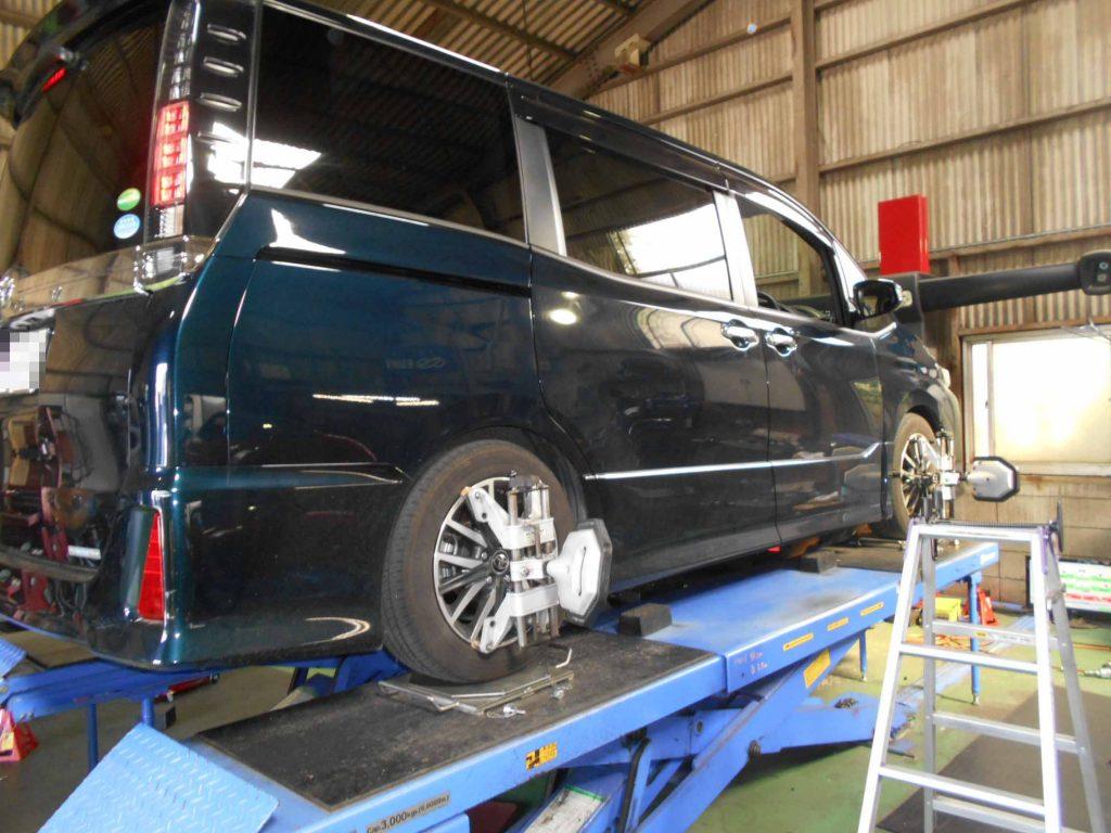 ヴォクシー ZRR80Wにタナベのダウンサス持ち込み取り付けと四輪アライメント
