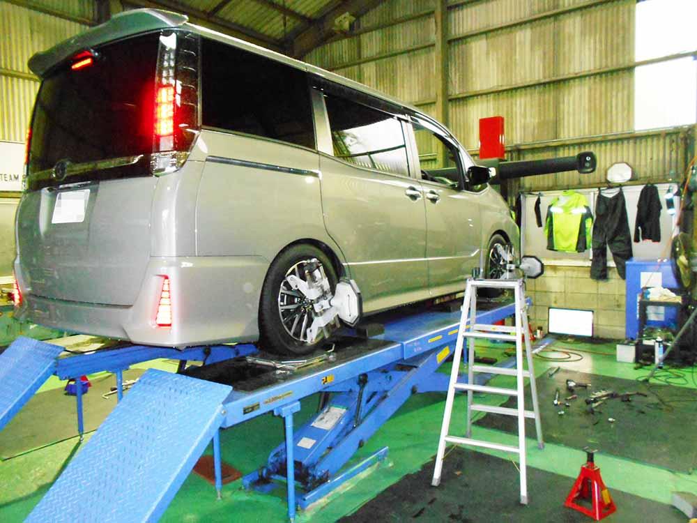 ヴォクシー ZZR85のブリッツ車高調の取り付けと四輪アライメント