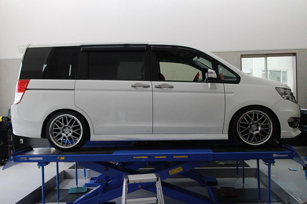 ステップワゴン RK5にTEIN車高調の取り付けと四輪アライメント