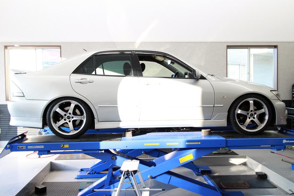 アルテッツァ SXE10にTEINの車高調の取り付けと四輪アライメント