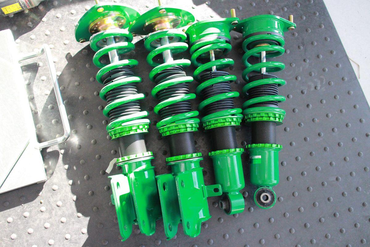 レボーグにTEIN車高調の取り付けと四輪アライメント