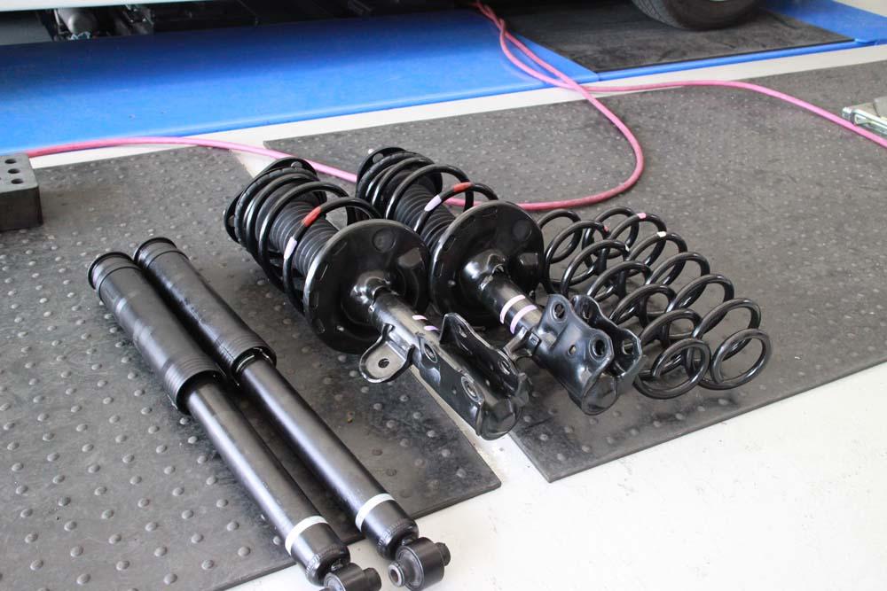 プリウス ZVW30の純正足回り交換と四輪アライメント