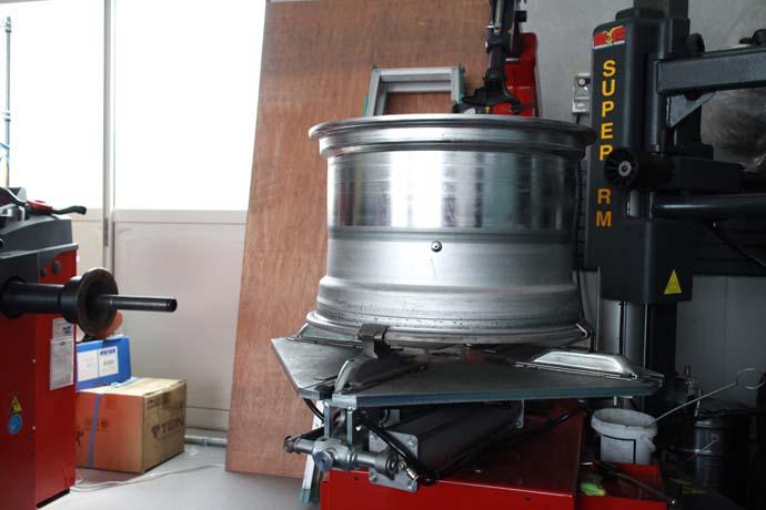 スカイラインのECR33に車高調の取り付けと四輪アライメント 12JJのタイヤ交換