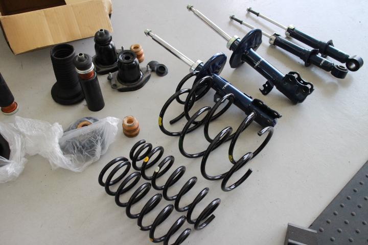 カローラフィルダー ZRE142G TRDショックと純正スプリングの装着