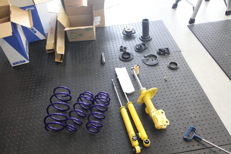プリウス ZVW30 KYBローファーキット取り付け 四輪アライメント調整